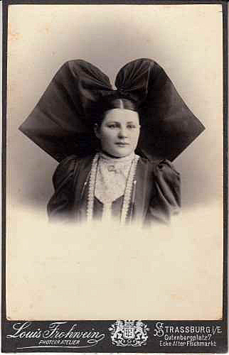 Kabinettfoto, um 1895. Fotograf: Louis Frohwein, Strassburg i.E.