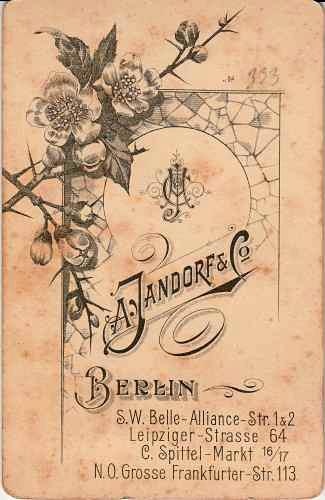 Werberückseite, um 1895. Fotograf: A. Jandorf & Co., Berlin.