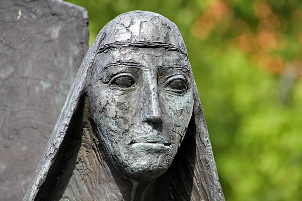 Denkmal für Roswitha von Gandersheim in Bad Gandersheim - Foto: © Martina Berg