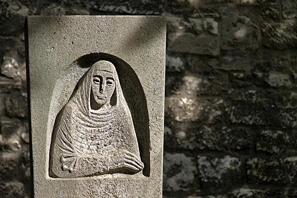 Gedenkstein für Roswitha von Gandersheim in Bad Gandersheim - Foto: © Martina Berg