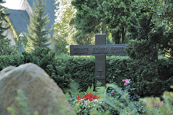 """""""Grab Familie Klepper Nikolassee"""" von Jochen Jansen - Eigenes Werk. Lizenziert unter CC BY-SA 3.0 über Wikimedia Commons - http://commons.wikimedia.org/wiki/File:Grab_Familie_Klepper_Nikolassee.jpg#mediaviewer/File:Grab_Familie_Klepper_Nikolassee.jpg"""