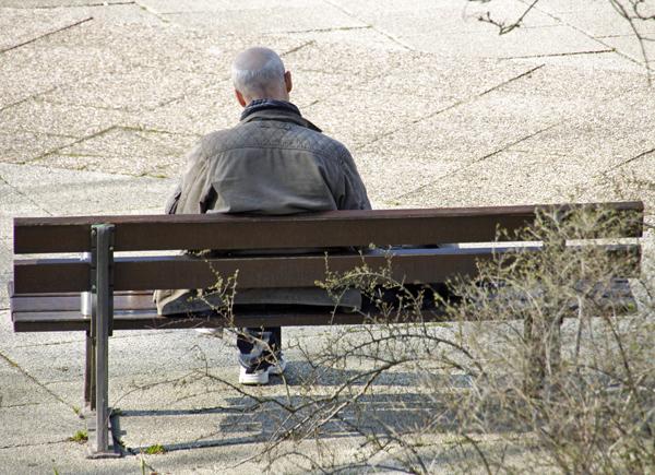 Lesender Mann auf einer Park bank - Foto: © Martina Berg