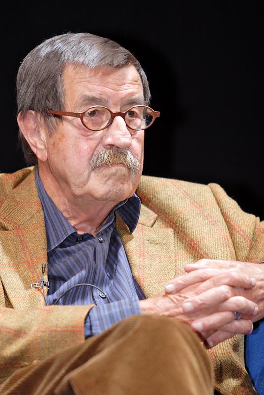 """""""Günter Grass auf dem Blauen Sofa"""" von Blaues Sofa from Berlin, Deutschland - Günter Grass im Gespräch mit Wolfgang HerlesUploaded by Magiers. Lizenziert unter CC BY 2.0 über Wikimedia Commons - http://commons.wikimedia.org/wiki/File:G%C3%BCnter_Grass_auf_dem_Blauen_Sofa.jpg#mediaviewer/File:G%C3%BCnter_Grass_auf_dem_Blauen_Sofa.jpg"""